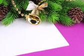 Cartão de natal em fundo roxo — Foto Stock