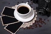 чашка кофе, старинные камеры и старые пустые фотографии, на фоне деревянных — Стоковое фото