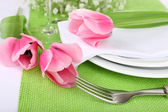 Table setting with spring flowers close up — Stock fotografie