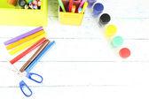 композиция из различных творческих инструментов на цвет фона и деревянные — Стоковое фото