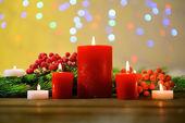 Candele e decorazioni di Natale su sfondo luminoso — Foto Stock