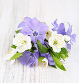 Beautiful bouquet with periwinkle flowers on wooden table — Stock Photo