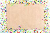 Чистый лист бумаги с конфетти вокруг — Стоковое фото