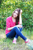 Bellissima giovane donna nel parco — Foto Stock