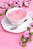 美しい果実の花クローズ アップ テーブルにお茶のカップがあります。 — Stock fotografie