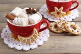 Tazas de chocolate caliente con malvaviscos — Foto de Stock