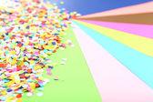 конфетти на красочный фон — Стоковое фото