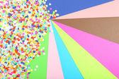 Konfetti auf farbigen hintergrund — Stockfoto