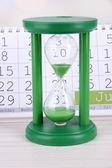 砂時計と明るい背景上のカレンダー — ストック写真
