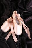 Ballett Spitzenschuhe auf schwarzem Hintergrund — Stockfoto