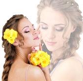 Jonge vrouw met mooi kapsel en bloemen, close-up — Stockfoto
