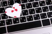 Ljusa hjärtat på datorns tangentbord på nära håll — Stockfoto