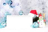 Calendário com decorações de ano novo em fundo de inverno — Fotografia Stock