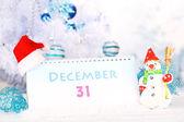 Calendario con decorazioni di Capodanno su sfondo invernale — Foto Stock