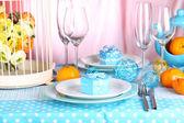 Таблица с красочная посуда на фоне номер — Стоковое фото