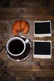 咖啡杯、 血清尿素氮和空白的旧照片,木制的背景上 — 图库照片