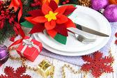 Impostazione di tavola di natale con decorazioni festive da vicino — Foto Stock