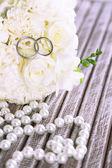 Beautiful wedding bouquet on wooden background — Fotografia Stock