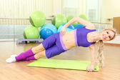 Sporty woman doing exercises in gym — Stock Photo