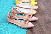 Zapatos de moda femenina en la alfombra azul — Foto de Stock