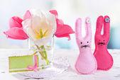 美丽的郁金香,在明亮的背景上桌上的花瓶中的存储桶中 — 图库照片
