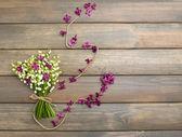 美しいライラック色の花とユリの谷、木製の背景に — ストック写真