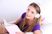 Image conceptuelle de livre audio. belle fille avec livre et casque. — Photo