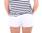 Hermosa joven en pantalones cortos y camiseta, primer plano, aislado en blanco — Foto de Stock