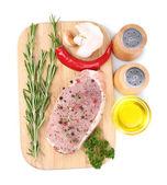 Syrové maso steak s bylinkami a kořením na prkénku, izolované na bílém — Stock fotografie