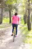 Kadın üzerinde bisiklet sürme — Stok fotoğraf