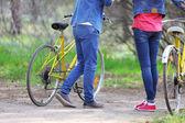 Jong koppel met fietsen in park — Stockfoto