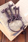 Alte Schlüssel auf alte Bücher — Stockfoto