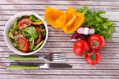 Beef salad in bowl — Stockfoto