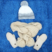 Winter cap, scarf and mittens, on color background — Stock Photo