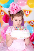 Pretty little girl with cake celebrate her birthday — Foto de Stock