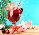 Refrescante cóctel cereza en mesa de playa — Foto de Stock