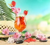 Erdbeer cocktails am sandstrand — Stockfoto