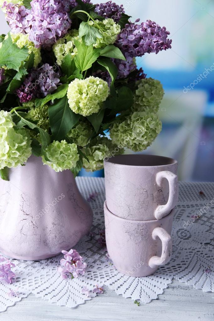 Composizione con tazze da tè e bella primavera fiori in vaso ...