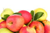 Manzanas maduras dulces con hojas, aisladas en blanco — Foto de Stock
