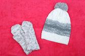 зимняя шапка и перчатки, на цвет фона — Стоковое фото