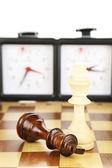 Schachbrett mit Schach und Uhr, isoliert auf weiss — Stockfoto
