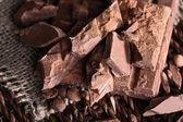 Trito barra di cioccolato su sfondo opaco di vimini — Foto Stock