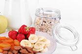 Cereal saudável com leite e frutas fechar-se — Fotografia Stock