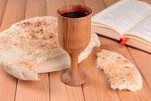 Bardak şarap ve ekmek üzerinde tablo yakın çekim — Stok fotoğraf
