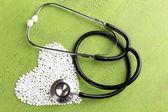 Corazón de píldoras y un estetoscopio — Foto de Stock