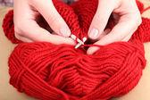 вязание спицами женские руки крупным планом — Стоковое фото