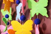 色の背景上の手作りガーランド — ストック写真
