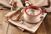 Houbová polévka v hrnci, na dřevěné pozadí — Stock fotografie