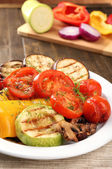 Deliciosos legumes grelhados na chapa close-up tabela — Fotografia Stock