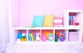 Interiören i klassrummet i rosa toner i skolan — Stockfoto